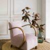 Lateral butaca estilo art decó tapizada en terciopelo rosa empolvado y brazos de madera curvos