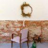Trasera silla descalzadora tapizada en terciopelo rosa empolvado con brazos de madera